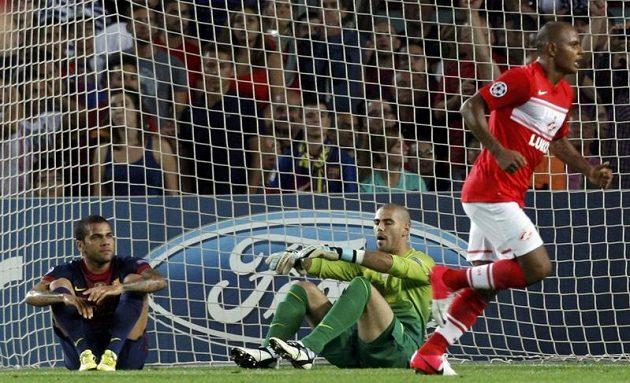 Smutný Dani Alves (vlevo) si v utkání se Spartakem Moskva vstřelil vlastní gól.