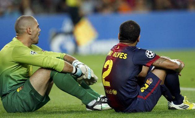 Smutní brankář Victor Valdes (vlevo) a Dani Alves po inkasovaném vlastním gólu.