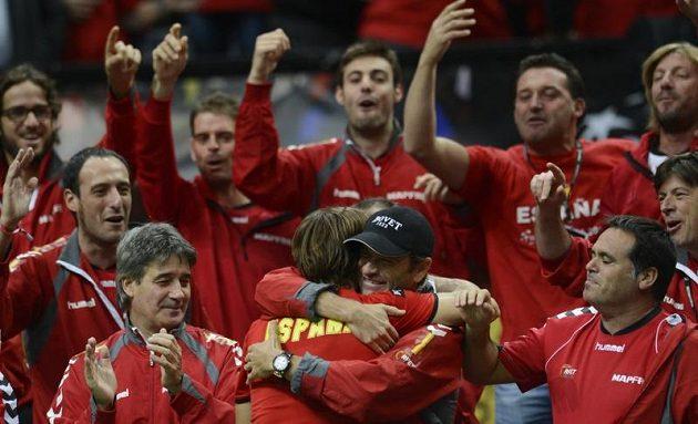 David Ferrer přijímá gratulace od kolegů z týnu.
