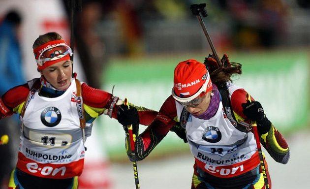 Kristýna Černá (vlevo) předává štafetu Veronice Zvařičové do posledního úseku závodu.
