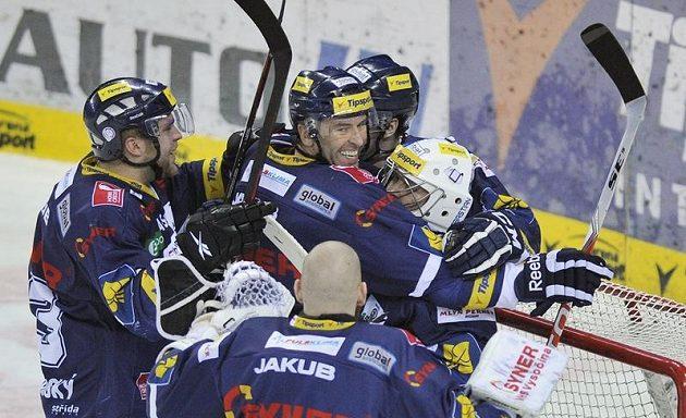 Petr Nedvěd objímá brankáře Marka Pince z Liberce po vítězství nad Pardubicemi.