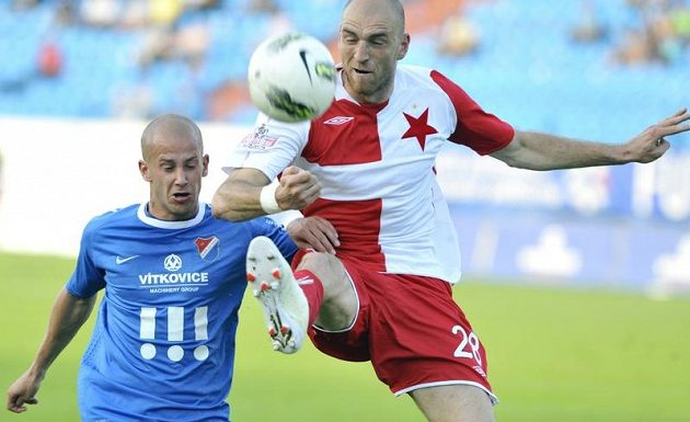 Slávista Martin Latka (vpravo) v souboji s Daliborem Vašendou z Baníku.