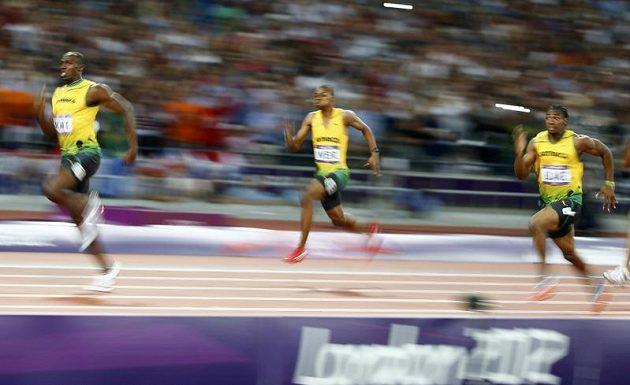 Jamajské trio Usain Bolt (vlevo), Warren Weir (uprostřed) a Yohan Blake (při finále sprintu na 200 metrů.