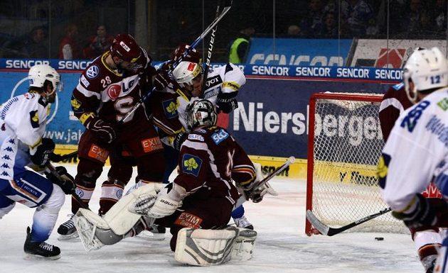 Hokejisté Komety Brno překonávají sparťanského brankáře Tomáše Pöpperleho.