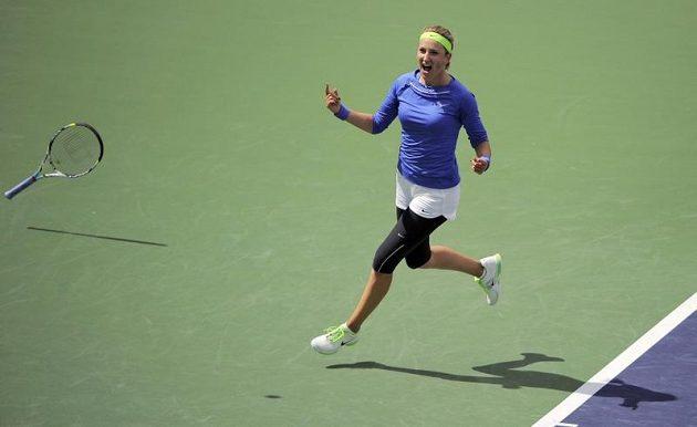 Viktoria Azarenková se raduje z výhry ve finále v Indian Wells.