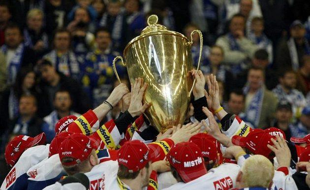 Pardubičtí hokejisté oslavují s mistrovským pohárem.