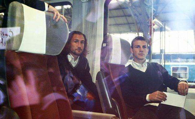 Petr Jiráček (vlevo) s Vladimírem Daridou ve vlaku, který českou reprezentaci odvezl do polské Vratislavi.