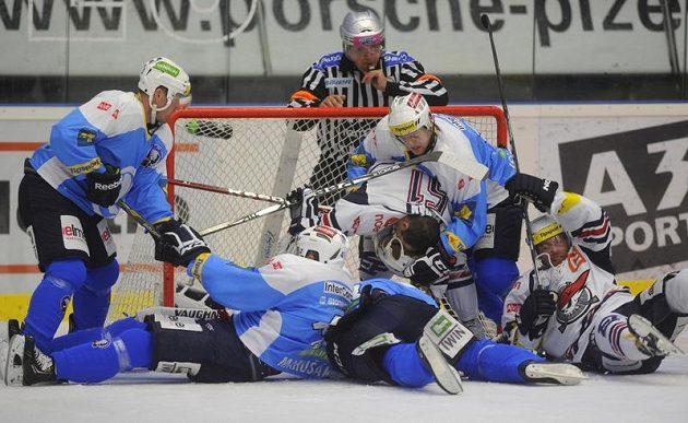 Snaha plzeňských hokejistů o to, jak dostat puk do chomutovské branky.