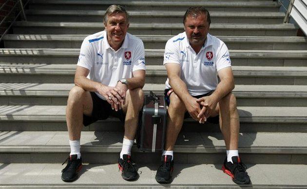 Doktoři reprezentace Petr Krejčí a Petr Novák na tréninku týmu.