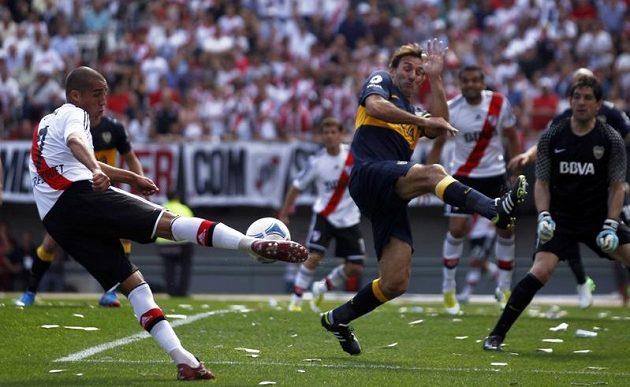 Útočník River Plate David Trezeguet (vlevo) svou střelu namířil jen do bránícího stopera Rolanda Schiaviho. Celé situaci přihlíží brankář Boca Juniors Agustín Orion.