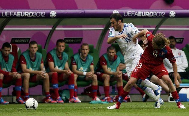 Jaroslav Plašil se snaží sebrat míč Řekovi Torossidisovi