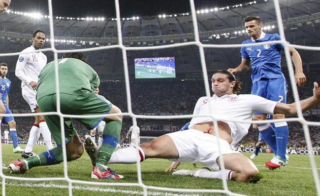 Ani Andy Carroll (ve skluzu) na italského brankáře Gianluigiho Buffona nevyzrál