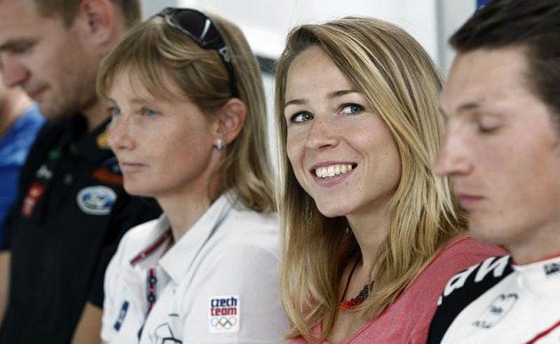 Zuzana Bergrová (uprostřed) vedle Štěpánky Hilgertové.