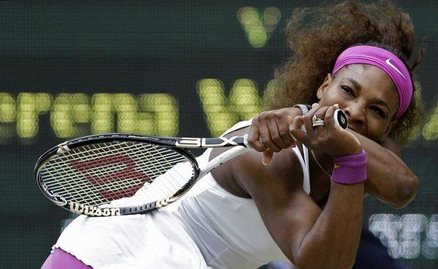 Serena Williamsová během finále Wimbledonu s Agnieszkou Radwaňskou.