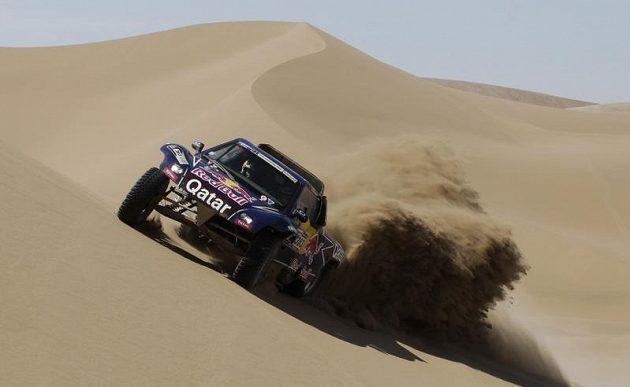 Španělská legenda Carlos Sainz zdolává jednu z písečných dun.