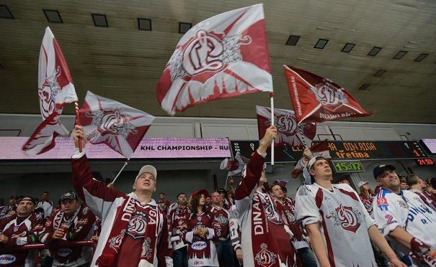 Fanoušci lotyšského celku Dinamo Riga na utkání proti Lvu Praha.