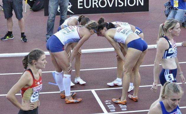 Česká štafeta (zleva) Zuzana Bergrová, Zuzana Hejnová, Denisa Rosolová a Jitka Bartoničková se v Helsinkách raduje z bronzové medaile v závodu na 4x400 metrů. (ČTK/)