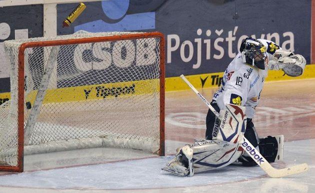 Vítkovický brankář Roman Málek inkasuje gól v prodloužení od Daniela Rákose, který rozhodl o postupu Pardubic do semifinále.
