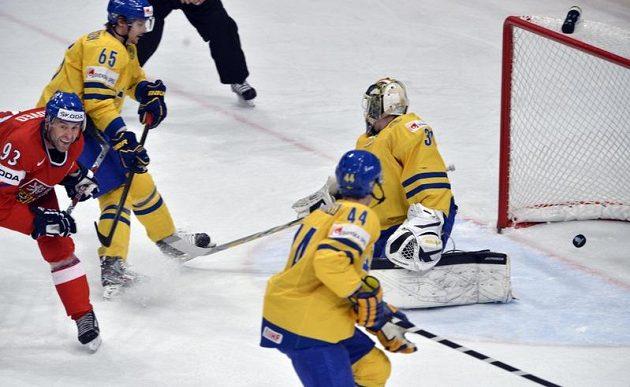 Český útočník Petr Nedvěd (v červeném) srovnává proti Švédsku na 1:1.