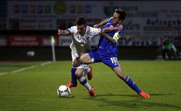 Milan Petržela svádí souboj s izraelským kapitánem Benajunem.