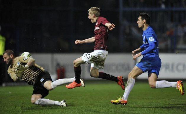 Brankář Liberce David Bičík inkasuje gól na 1:3 od Ladislava Krejčího ze Sparty (uprostřed).