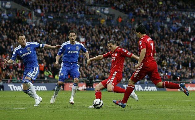 Liverpoolský Andy Carroll (druhý zprava) snižuje na 2:1.