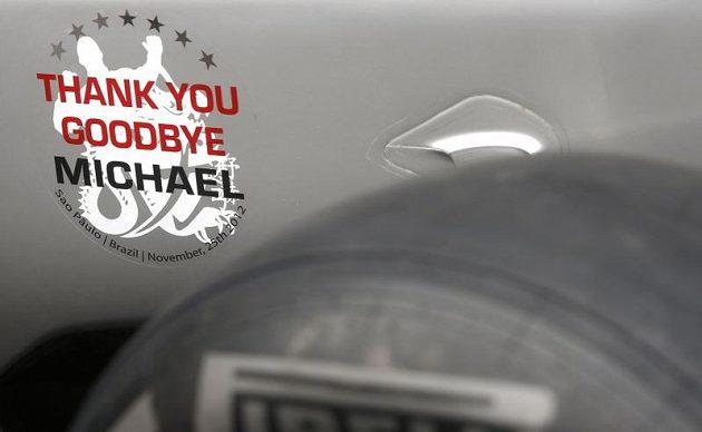 """Nálepka na monopostu Michaela Schumachera při VC Brazílie s nápisem """"Díky a na shledanou, Michaeli""""."""