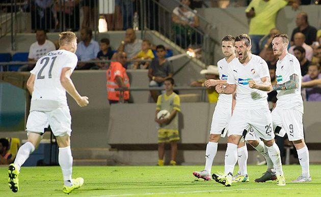 Fotbalisté Plzně se radují ze vstřeleného gólu Aidina Mahmutoviče (druhý zprava).