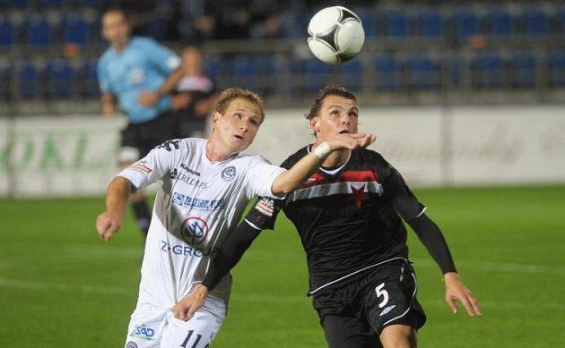 Jiří Valenta (vlevo) ze Slovácka a Milan Nitranský ze Slavie bojují o míč v předehrávce 10. kola Gambrinus ligy.
