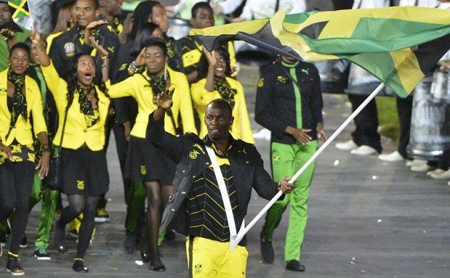 Sprinter Usain Bolt vede jamajskou výpravu na plochu Olympijského stadiónu při zahájení her v Londýně.