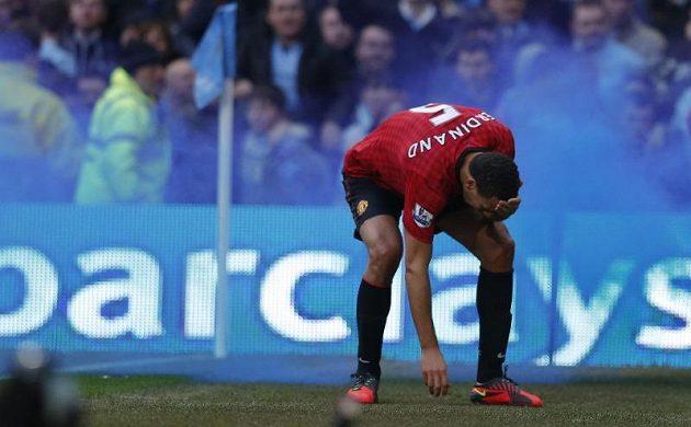 Obránce Manchesteru United Rio Ferdinand se chytá za čelo poté, co jej v derby s City zranila mince hozená z hlediště.