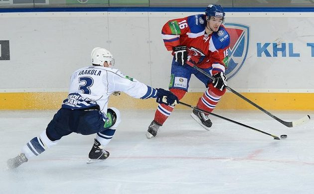 Útočník Michal Birner (vpravo) z celku Lev Praha bojuje s Topim Jaakolou z Chabarovsku.