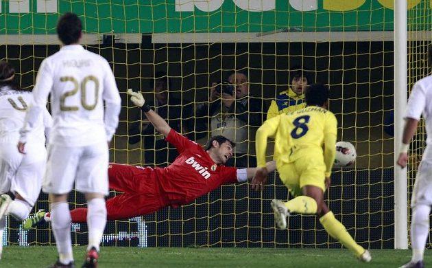 Gólman Realu Madrid Iker Casillas se marně natahuje po míči v utkání proti Villarrealu.