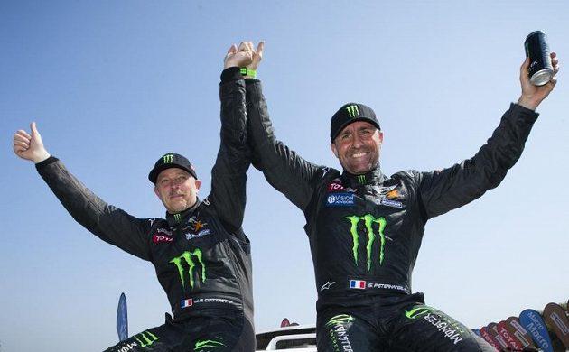 Stéphane Peterhansel (vpravo) a Jean Paul Cottret slaví vítězství v Rallye Dakar.