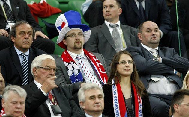 Zleva Prezdient UEFA Michel Platinu, český ministr dopravy Pavel Dobeš a Miroslav Pelta, šéf FAČR.