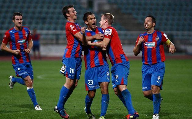 Marek Bakoš (uprostřed) oslavuje se spoluhráči z Plzně trefu do sítě Dukly.