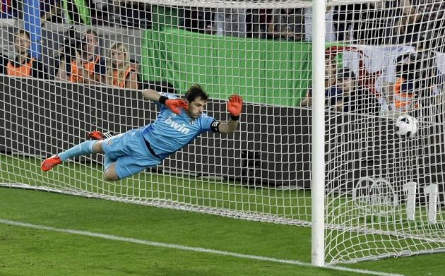 Brankář Realu Madrid Iker Casillas inkasuje druhý gól od Lionela Messiho.