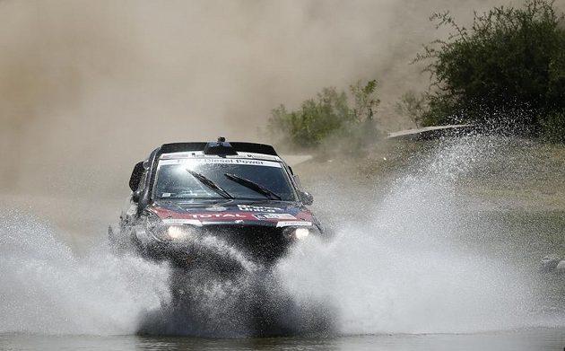Automobilový jezdec Orlando Terranova z Argentiny na trati desáté etapy Rallye Dakar.