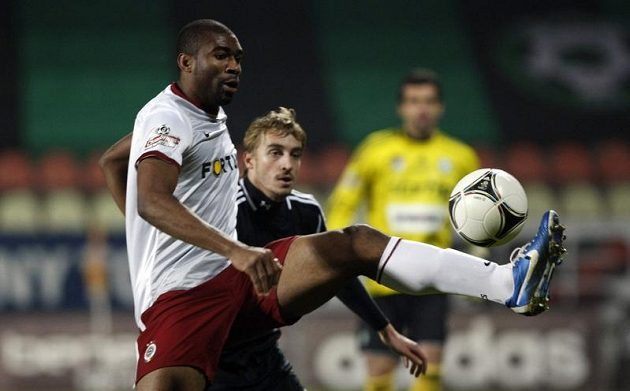 Leonard Kweuke zasahuje míč před příbramským stoperem Milanem Mišůnem.