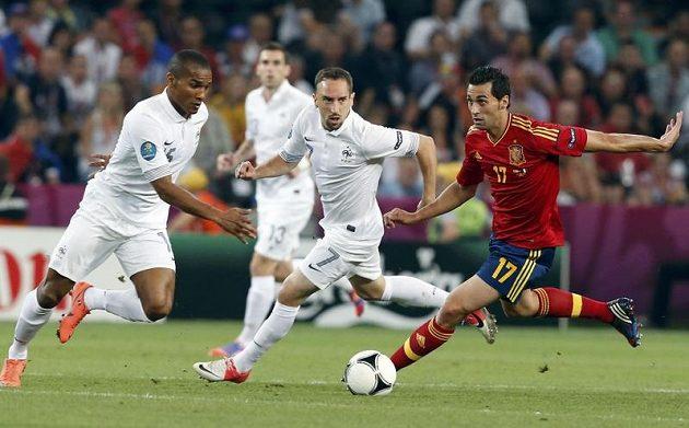Španěl Álvaro Arbeloa (vpravo) v souboji s Francouzi Florentem Maloudou (vlevo) a a Franckem Ribérym.