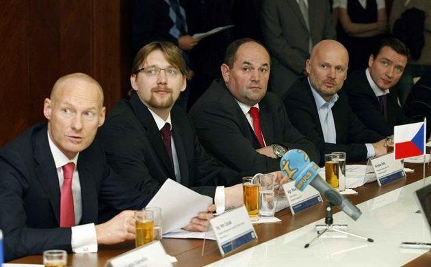 Zleva Petr Žalouda (generílní ředitel ČD), Pavel Dobeš (ministr dopravy), Miroslav Pelta, Michal Bílek a Vladimír Šmicer.