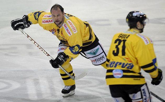 Šlégr z Litvínova míří na střídačku poté, co v souboji přišel o helmu.