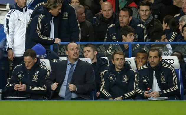 Trenér Rafael Benítez (druhý zleva) na lavičce londýnské Chelsea.