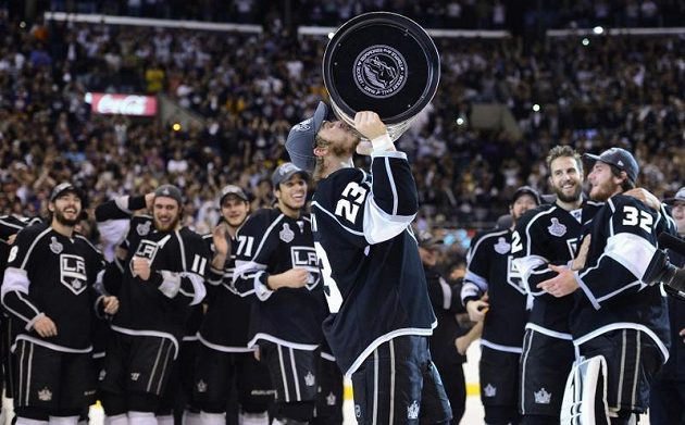 Kapitán Los Angeles Dustin Brown se Stanley Cupem nad hlavou