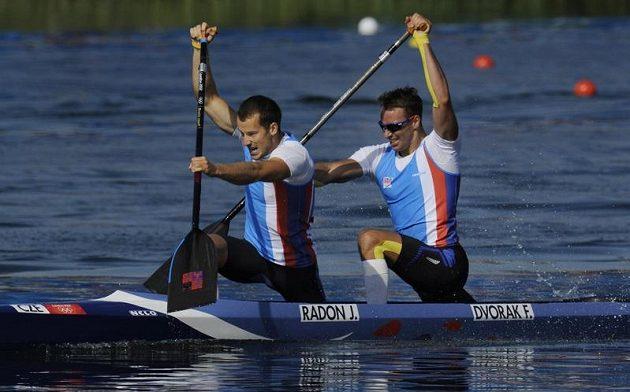 Deblkanoe Jaroslav Radoň (vlevo), Filip Dvořák dojela ve finále olympijského závodu pátá.