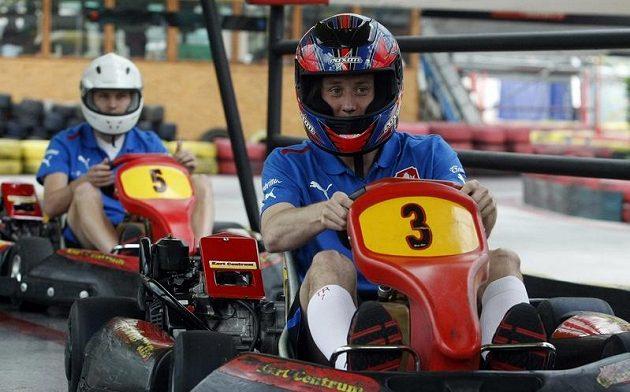 Tomáš Rosický si adrenalin za volantem motokáry užíval