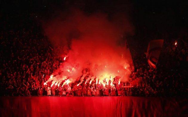 Fanoušci Galatasaraye Istanbul rozpoutali během utkání s Manchesterem United v hledišti v hledišti peklo.
