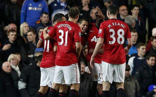 Hráči Manchesteru United se radují z gólu Javiera Hernándeze.