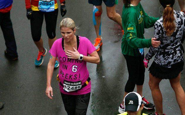 Amy Keil po doběhnutí bostonského maratónu. Závod dokončila v osmém měsíci těhotenství za 4 hodiny a 19 minut.