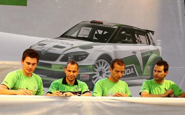 Kompletní posádky továrního týmu Škoda Motorsport. Zleva Jan Kopecký, navigátor Pavel Dressler, finský pilot Juho Hänninen a jeho spolujezdec Mikko Markkula.